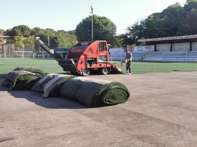 Comencen els treballs de substitució de la gespa artificial del camp de futbol municipal