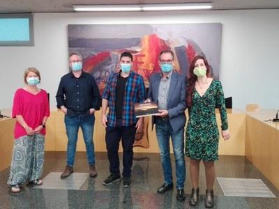 """El col·lectiu """"Artistes de la República"""" fa entrega del llibre """"Llum i Llibertat"""" a l'Ajuntament de Sant Fruitós de Bages"""