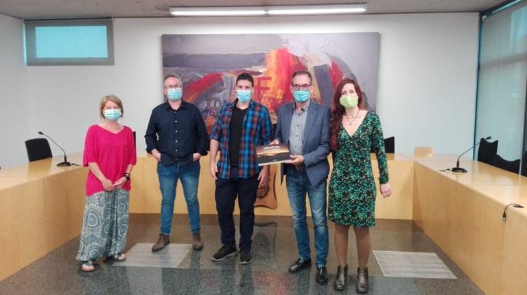 D'esquerra a dreta: Núria Clarella, regidora, Xavier Racero, regidor, Aleix Prat d'artistes per la República, Joan Carles Batanés, alcalde de Sant Fruitós de Bages i Gemma Sensada d'artistes per la República.
