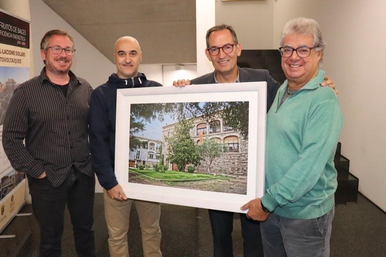 D'esquerra a dreta: Xavier Racero, regidor de cultura, Joan Locubiche, fotògraf, Joan Carles Batanés, alcalde de Sant Fruitos de Bages i Josep Maria Casajuana, un dels propietaris de Cal Casajuana.