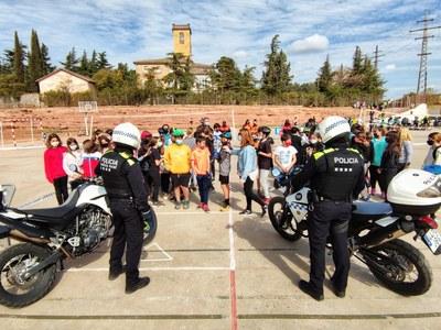Els alumnes de cicle superior de l'escola Paidos realitzen una sessió pràctica d'educació viària de la mà de la Policia Local