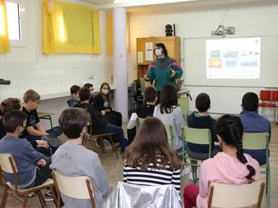 Els alumnes de l'Escola Monsenyor Gibert aprenen els beneficis mediambientals que comporta escalfar el centre educatiu amb biomassa