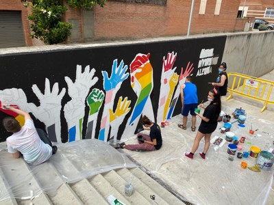 Els i les joves del municipi pinten un mural participatiu per commemorar el Dia Internacional de l'Orgull LGTBIQ+ que es celebra aquest diumenge 28 de juny