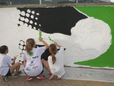 Els joves esportistes del municipi participen en la creació d'un mural a l'accés del pavelló de Sant Fruitós de Bages
