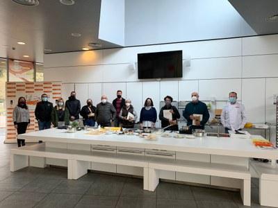 Els participants en el concurs de vídeo-receptes de la Festa de l'Arròs realitzen un curs de cuina d'arrossos a la Fundació Alícia