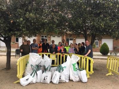 Els participants en la jornada de neteja a Sant Fruitós de Bages recullen uns 200 kg de residus