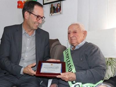 L'Ajuntament de Sant Fruitós de Bages felicita a Juan Domene Garrido el dia que compleix 100 anys