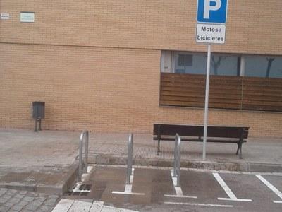 L'Ajuntament instal·la aparca bicicletes a l'entorn dels recintes educatius i centres esportius del municipi