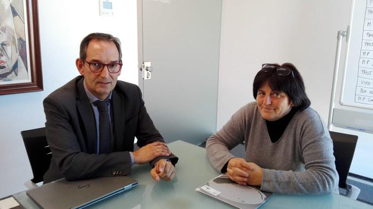 D'esquerra a dreta: Joan Carles Batanés, alcalde i Júlia Rocadembosch , directora de l'escola Pla del Puig