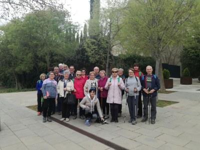 La gent gran del municipi participa en una  jornada saludable que inclou una caminada i un taller a la Fundació Alícia