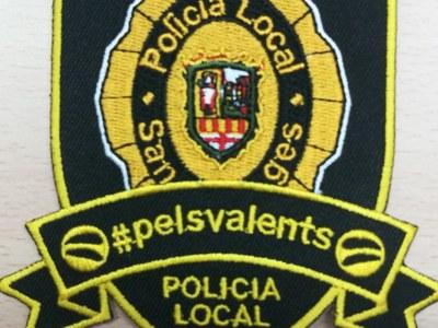 La Policia de Sant Fruitós de Bages ven escuts solidaris per lluitar contra el càncer infantil
