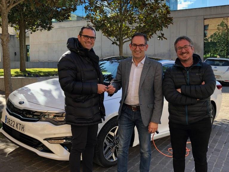 D'esquerra a dreta: Toni Masana, gerent de Eix Motor Catalunya, Joan Carles Batanés, alcalde de Sant Fruitós de Bages i Xavier Racero regidor de medi ambient