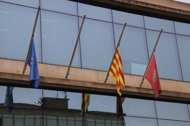Façana de l'Ajuntament amb les banderes a mig pal