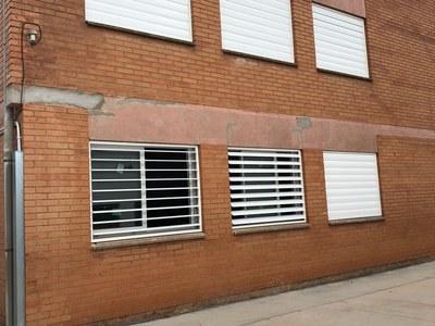 L'Ajuntament segueix renovant part de les finestres de l'Escola Monsenyor Gibert