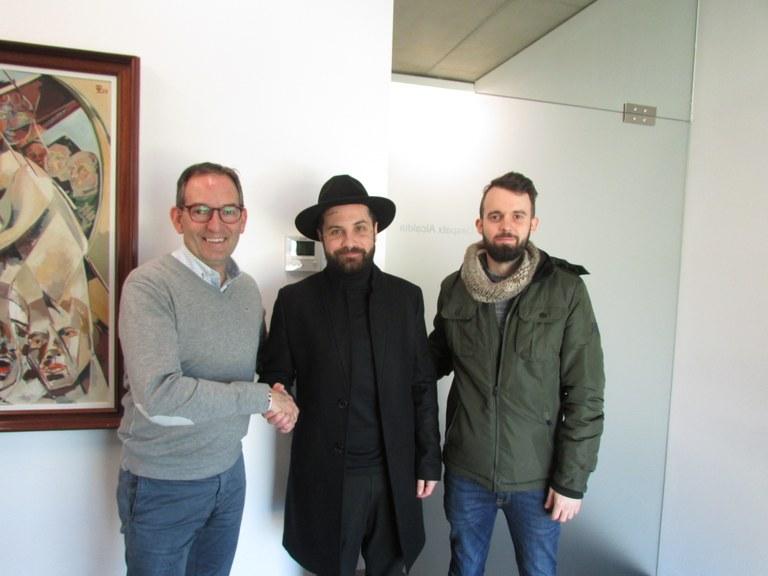 D'esquerra a dreta: Joan Carles Batanés, alcalde de Sant Fruitós de Bages, Abel Azcona, artista, Gabriel Gurt, d'OrganitzemXtu