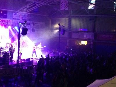 Més de 400 joves omplen el Pavelló d'Esports Municipal en el concert de la Setmana Jove