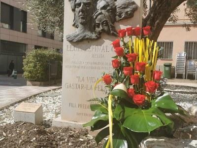 Sant Fruitós de Bages recorda Lluís Espinal amb una ofrena floral a la plaça que porta el seu nom