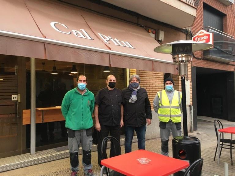 Peu de foto: personal de la brigada municipal amb el propietari de l'establiment Cal Pitu, Josep Comellas, i el regidor de Promoció Econòmica Felip Echarri.