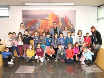 Una classe de nens i nenes de segon de primària de l'escola Pla del Puig visiten l'Ajuntament