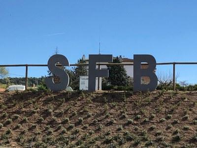 Unes lletres de grans dimensions donen la benvinguda a Sant Fruitós de Bages